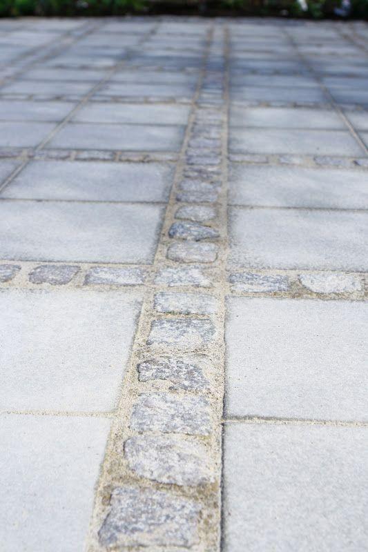 I dag bjuder jag på några bilder från stenläggningen till vår pergola. Vi har blandat cementplattor 35x35 med härlig skön gatste...