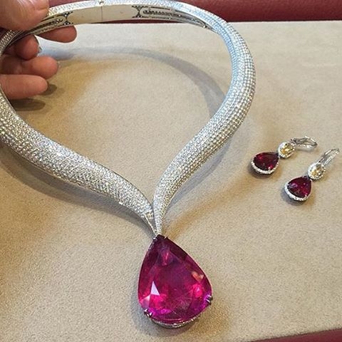 Today's pear of the day is this  @chopard magnificent necklace@ via @wendyyu_official #jewelryjournal