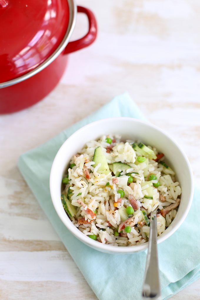 Rijstsalade met spekjes en doperwten (of vegareepjes)