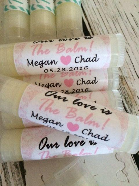 Wedding Favors, 50 notre amour est le baume lèvres Baume faveurs, les cotillons nuptiale, fard à joues rose, étiquettes personnalisées
