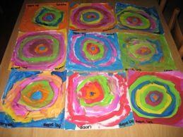 Laat de kinderen verschillende dezelfde vormen om elkaar schilderen