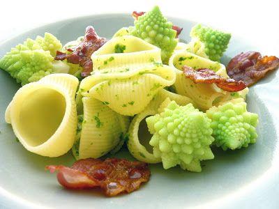 Pasta romanesco med ruccolapesto och bacon  Byt dock ut pastan till spagettipumpa.  Koka upp lättsaltat vatten. Dela pumpan och gröp ur kärnorna. Koka i ca 20 min.  Gröp ut pumpaköttet och blanda med peston. Servera som i receptet.
