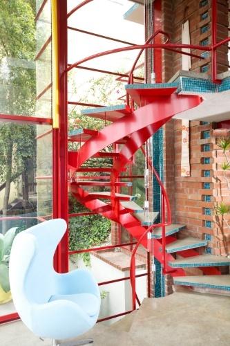 A arquitetura da casa surpreende pelas invenções mecânicas e estruturais. Um canal em mosaico de cerâmica azul turquesa, alinhado atrás da escada em espiral, permite que a água da chuva flua para o que era originalmente um lago de carpas.