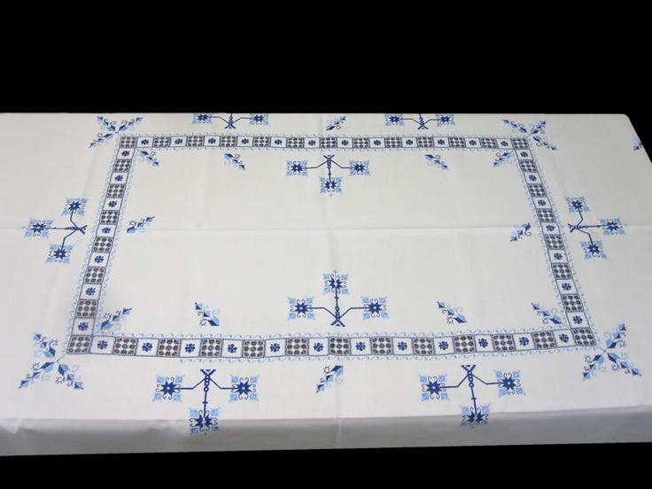 """Las """"labores de Lagartera"""" o """"bordados de Lagartera"""" son finos y elaborados bordados realizados a mano, en manteles, sábanas, colchas, originarios de el pueblo de Lagartera, (Toledo) España. Se utilizan las técnicas y los diseños más tradicionales y los más cuidadosos acabados, que pueden ser """"desilaos"""", hilos """"contaos"""" y/o punto de cruz. Algunos trabajos son una verdadera obra de arte y están bordados a mano y en hilo, podrá comprarlos en www.lagarterana.com"""
