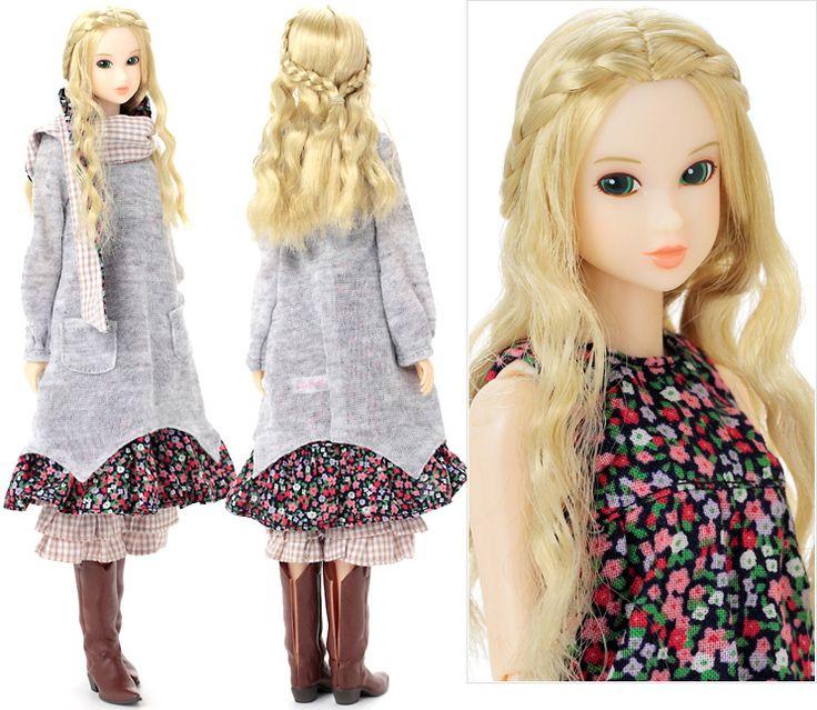 みんなでつくるmomokoドール2011  (2012年2月発売 13,440円(税込))  みんなでつくるmomokoドールは、momokoDOLL.comのFun Room会員のVote(投票)によって仕様を決定しています。 2011年版は新しい右向きアイの森ガールスタイルに決定!  単品でも着まわせるワンピースのレイヤードで可愛く、三つ編みアレンジヘアがガーリーなmomokoドールです。仕様詳細: [衣装]小花柄ノースリーブワンピ、ニットワンピ、裾フリルペチパンツ、マフラー、ウエスタンブーツ。 [ドール]色白肌、ライトブロンドのサイド三つ編みウェーブロング、右向き目、下マツゲ3本、アイシャドウオレンジベージュ、瞳ライトグリーン、にっこりリップオレンジベージュ。  価格:13,440円(税込)  発売日:2012年2月より予約開始予定 セキグチファン・ダイレクトショップ