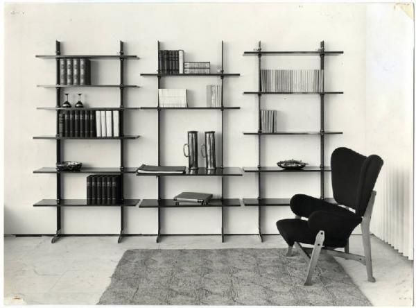 GARDELLA / ALBINI XI Triennale - Parco Sempione - Mostra internazionale dell'abitazione - Alloggio italiano - Libreria in ferro e legno e poltroncina