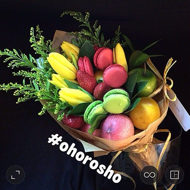 Диско-букет с фруктами и пироженками макаронс яркий, как неоновая рыбка и вкусный, как букет с фруктами и пироженками макаронс Сейчас их можно заказать только в Москве ☝️3200, номера вотсапа, которые не надо переписывать на бумажку, - в ссылке вверху странички, вооон там #ohorosho