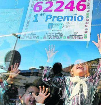 """La Grossa de Cap d'Any fa baixar les vendes de la loteria de l'Estat a Catalunya - Diari Ara. L'aparició de la nova Grossa de Cap d'Any de la Generalitat ha fet baixar les vendes del sorteig de Nadal de l'Estat a Catalunya. La caiguda ha estat del 8,48%, més del doble del descens del conjunt de l'Estat, del 4,19%. La presidenta de Loteries i Apostes de l'Estat, Inmaculada García, ha constatat aquest dilluns en la presentació del sorteig de Reis que la baixada global ha sigut """"menor""""."""