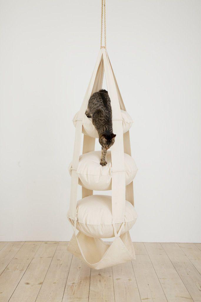 Das Katzentrapez ist ein origineller Schlaf-, Kletter- und Spielplatz für Ihre Katze. Besonders eignet sich dieser Spiel- und Kletterbaum für junge oder aktive Katzen - und ist eine echte Alternative zu den begehrten...