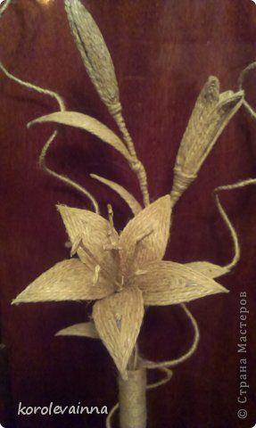 Ваза с веткой лилии из джутового шпагата фото 9