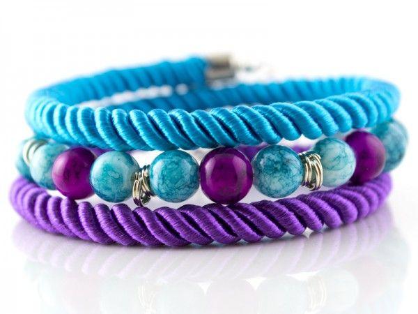 Bransoletka wykonana ze sznurków skręcanych i koralików szklanych w kolorze błękitnym i fioletowym o...