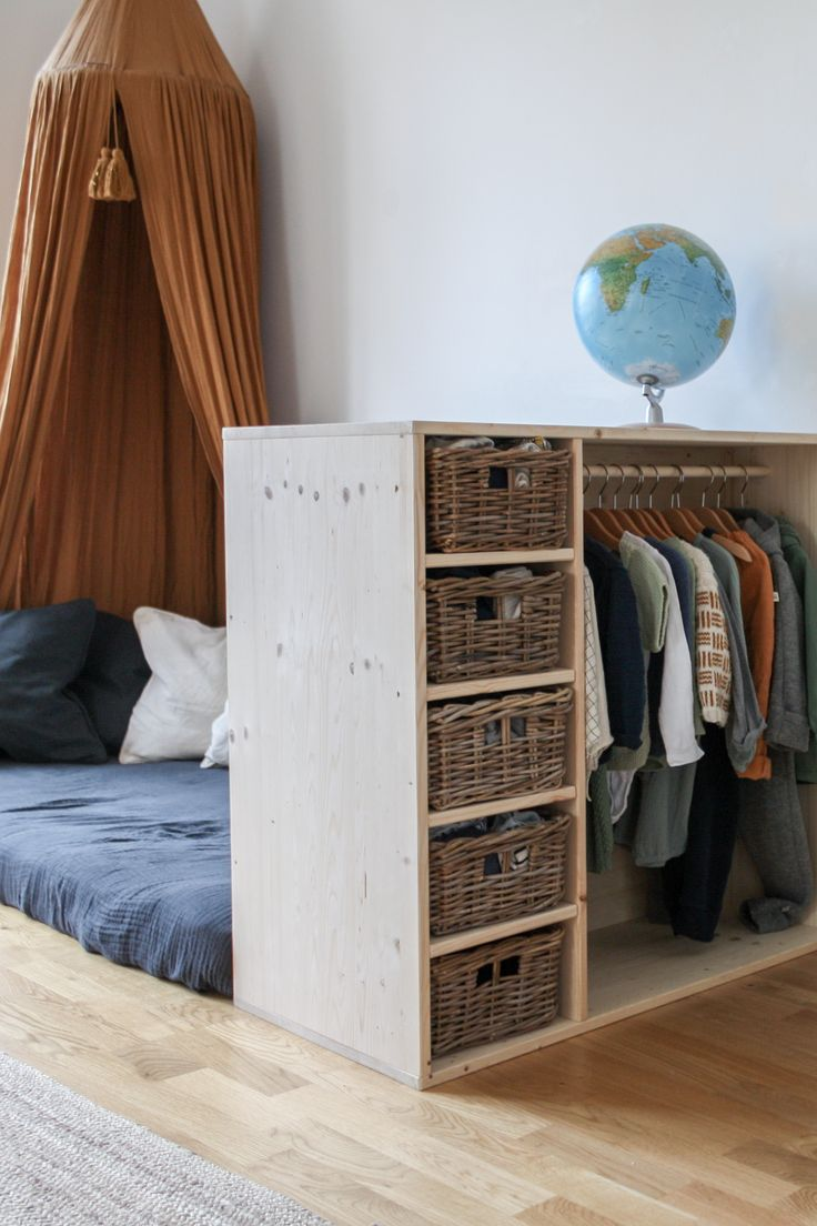 """I want to wear myself!"" Tutorial for a DIY furniture is the wardrobe AND bookshelf."
