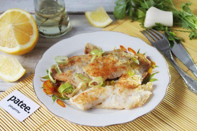 Тилапия жареная - отличное рыбное блюдо на второе! Тилапия продается обычно уже разделанной на филе без костей. Готовить эту рыбку - одно удовольствие! Подавать лучше сразу с пылу-с жару, как говорится, пока она похрустывает своими золочеными поджаристыми боками. Подавать можно с любым гарниром или просто так - с долькой лимончика и зеленью. Объедение!