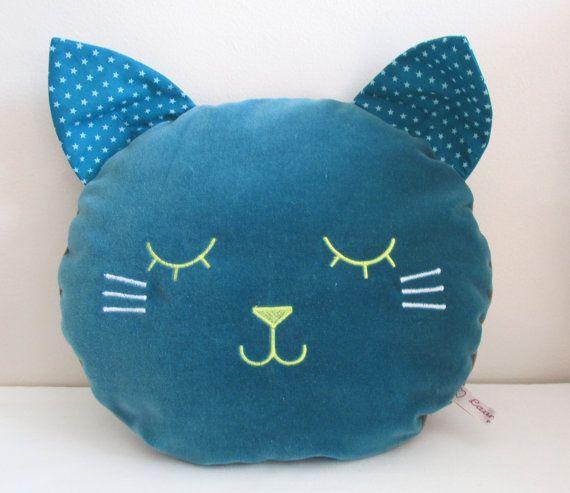 Coussin chat fait main en velours de coton bleu, tissu étoiles et broderie - Taille M