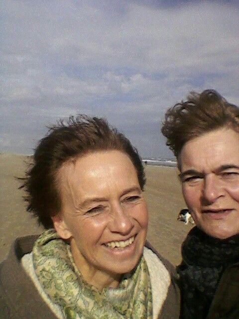 10.10.14 Lekker uitwaaien aan zonnig strand Noordwijk, met nicht Riëtte. Heerlijk!