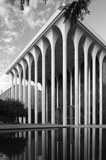 Linee prospettiche di tale rigore si possono ottenere con un'otticha basculante (tilt-shift)  ING Mineapolis-Minuro Yamasaki / #architecture #photography