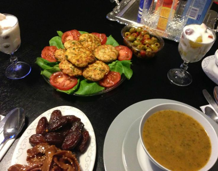 Dag 1: harira, gegrilde kipburgers en fruit met yoghurt. Hieronder staat het recept van de kipburgers. Snijd de kipfilet in stukken en doe het in de keukenmachine samen met de ui en de koriander. Maal het fijn net als g