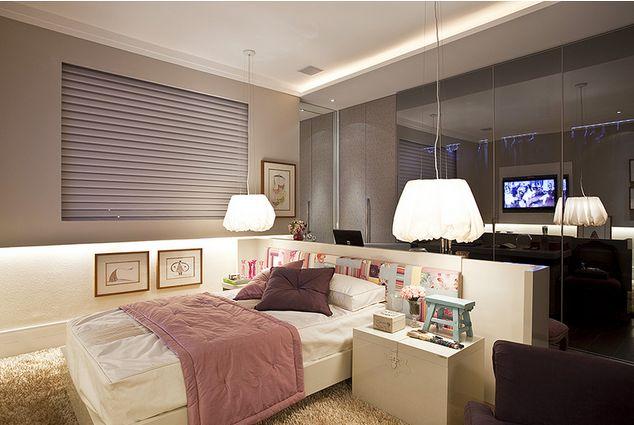 Encostar a cama na parede ou fazer um encosto em L para ela, é uma ótima dica para aproveitar melhor o espaço, sem contar que fica com cara de uma cama/lounge no quarto.