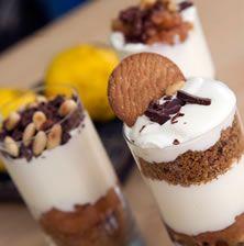 Φίνο,+πρωτότυπο,+απολαυστικό.+Στο+γλυκό+αυτό+εναλλάσσονται+γεύσεις,+μυρωδιές+και+υφές+από+μπισκότο+και+κρίθινο+παξιμάδι+και+απολαυστική+κρέμα