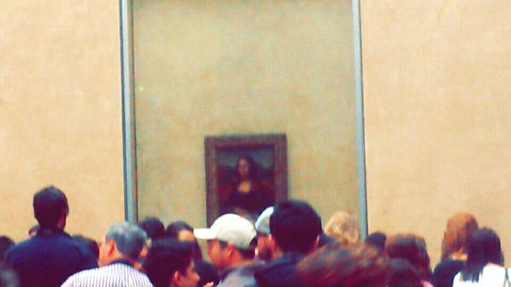 Mona Lisa in a room overcrowded with tourists