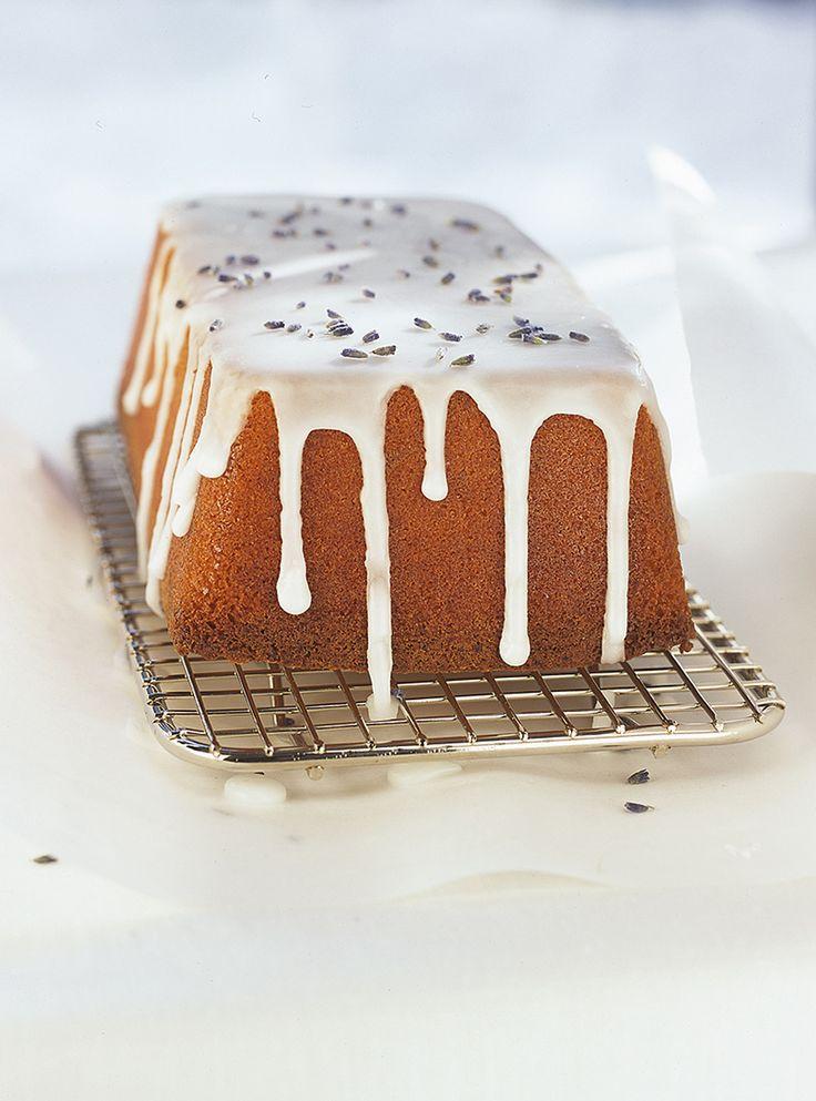 Recette de gâteau à la lavande de Ricardo. Recette de dessert parfumé fait avec de la lavande séchée et non du pot-pourri! Ingrédients: farine, poudre à pâte, beurre, sucre, lavande séchée, lait...