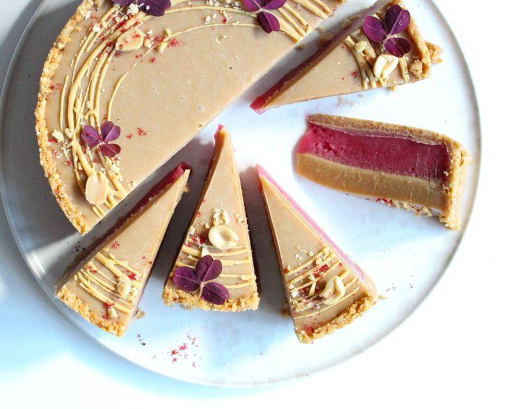dulcey kage med kiksebund, hindbær og peanuts