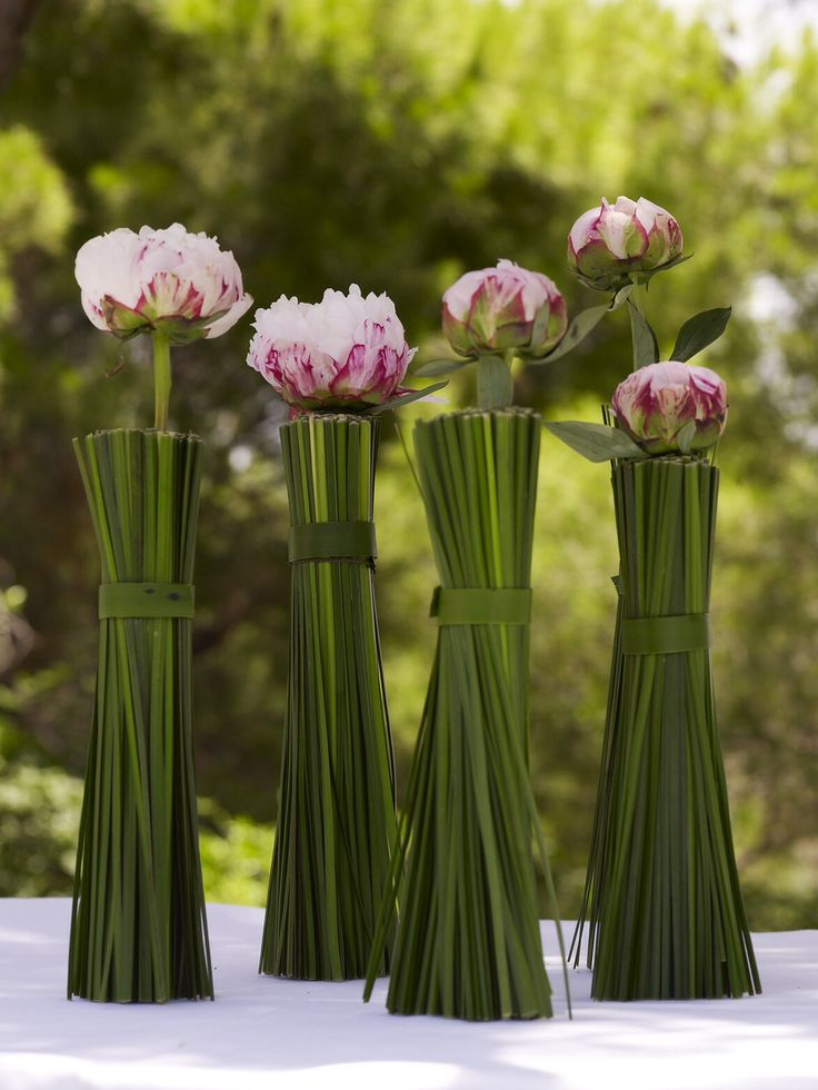 Pink peonies wrapped in grass unique and simple.  http://www.instyle.gr/photo-gallery/roz-vaftisi-koritsiou/