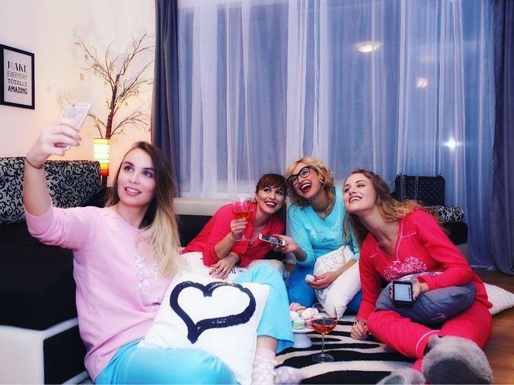 Funfunfun, aseară, la party-ul în pijama powered by #uniconf, cu @danielamacsim, @alexandradoba, @elizatautu și @ingridtirziu. 🎉 More pics soon! 😎
