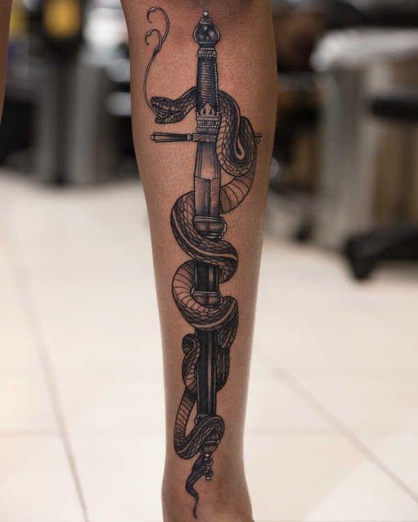Tatuaż Miecz Znaczenie Historia 50 Zdjęć Pomysł Na