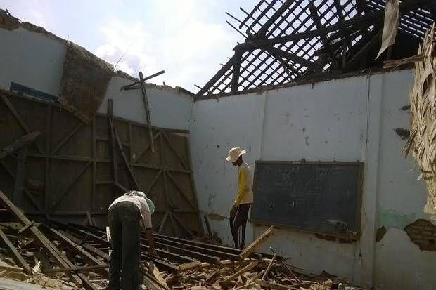 Diguyur Hujan Atap Ruang Kelas SDN Jurangagung Runtuh