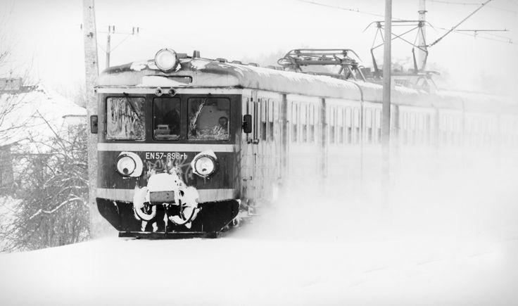 Pociąg w zimowej aurze.  autor: gatecrasher źródło: pociagdoekologii.pl