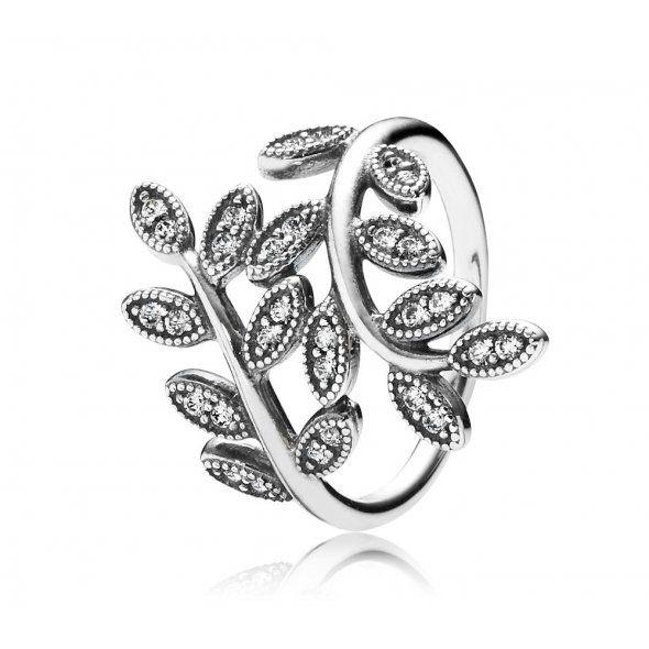 Stříbrné prstýnky a náušnice : Stříbrný prstýnek - Floral Nádherný prstýnek by neměl chybět ve šperkovnici žádné milovnice květinových designů. Květinové listy zdobené třpytícími se zirkony čiré barvy budou ladně obepínat váš prsteníček. Pro dokonalé sladění můžete kombinovat prstýnek s přívěsky a náušnicemi. Prstýnek můžete nosit samostatně nebo i v kombinaci s dalšími prstýnky Pandora. Prstýnek dodáváme v papírové krabičce.