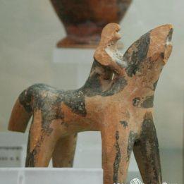 Αρχαια ελληνικα παιχνιδια  Πήλινο ειδώλιο ενός ιππέα. Αρχαιολογικό Μουσείο της Χαλκίδας