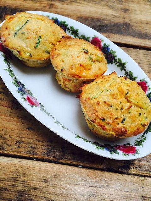 Iedereen kan #bakken met deze #groentemuffins. Een simpel #bakrecept en ideaal voor een #lunch in de #lunchbox, meenemen naar het strand voor de #picknick of leuk voor de #hightea en verstop de #groente voor kinderen in de #muffins. Een #recept van #foodblog #Foodinista