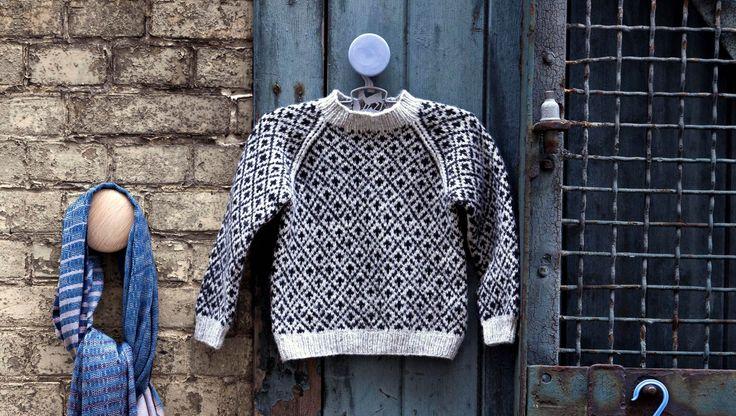 Strik en smuk børnesweater med raglan og færøsk mønster. I det bløde Merinogarn fra Englegarn, bliver det ikke med bedre..