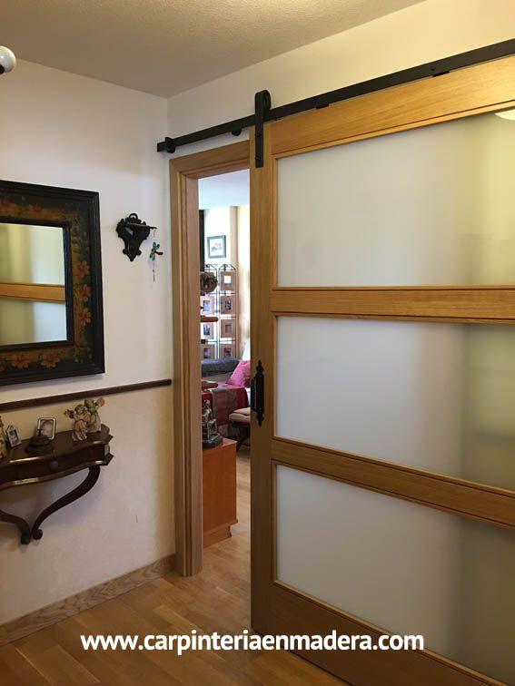 Puerta corredera estilo granero. Fabricada a medida por Alpis, carpinteria en madera.