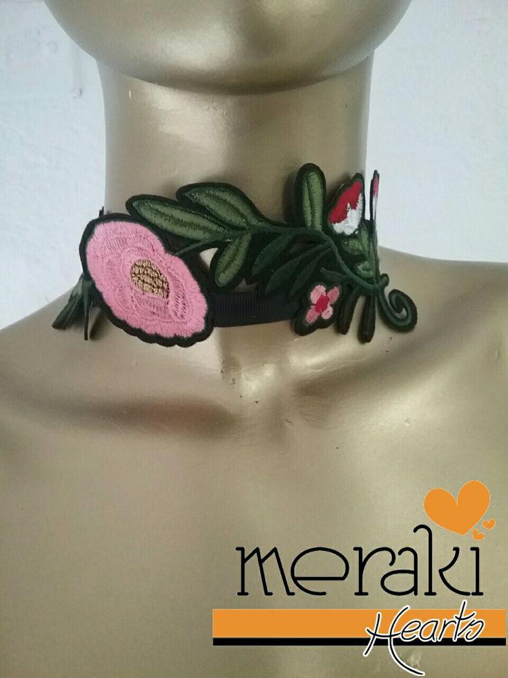 Choker negro con flores rosa Disponible  venta ❤❤ Contactanos por facebook: Merakihearts  Whatsapp :3317773592 o 3319465357  #merakihearts #chokers #modagdl #fashiontrends #gargantillas