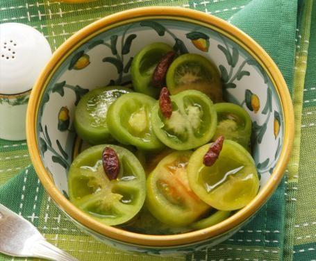 La ricetta dei pomodori verdi sott'olio è antica e un tempo veniva tramandata gelosamente dalle madri alle figlie. Oggi, invece, potete prepararla anche voi!