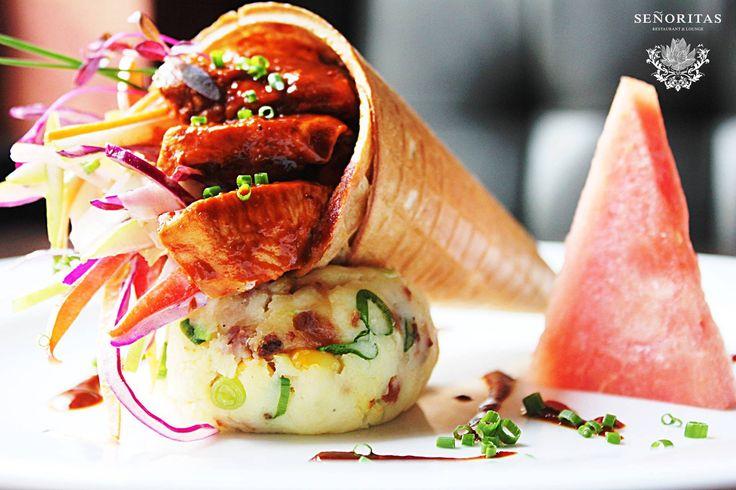 22. SEÑORITAS Restaurant & Lounge / Moniuszki 1A  CHICKEN AND WAFFLES, czyli wafelek wypełniony grillowanym kurczakiem w sosie BBQ oraz kremową sałatką coleslaw z jabłkiem, na puree ziemniaczanym z bekonem, kukurydzą i serem, zwieńczony słodkością arbuza.