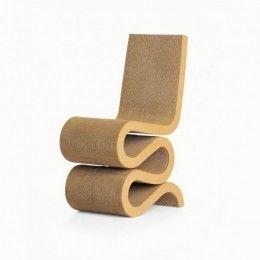 La WiggleSideChair fue diseñada en 1972 y reeditada en 2005 por el arquitecto Frank O. Gehry, conocido por utilizar materiales poco convencionales. Con su serie de muebles «Easy Edges» consiguió dar una nueva dimensión estética a un material tan corriente como el cartón. A pesar de su aspecto sorprendentemente simple, está construida con la consumada destreza de un arquitecto y, además de extraordinariamente confortable, es duradera y robusta.