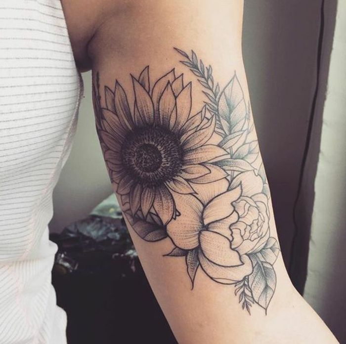 pivoine signification, tatouage bras femme tourne sol et pivoine avec encre noire