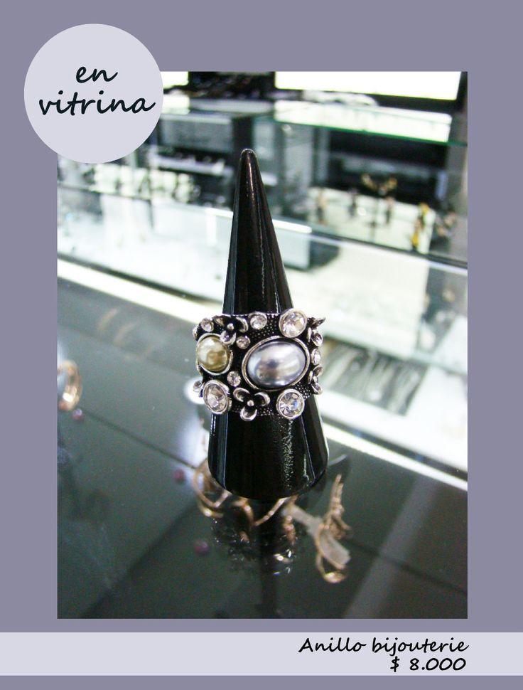 En vitrina podrás encontrar joyas diseñadas con encanto, como este hermoso anillo bijouterie. www.blucompany.cl