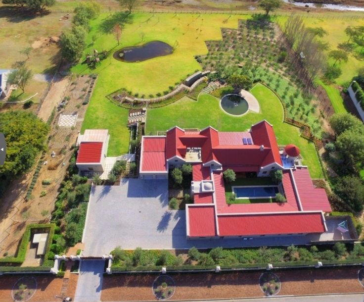 The aerial view of the house shows the integrated garden landscaping and private living areas around protected courtyard. Photo Johan Gous - Aida Properties Montagu.
