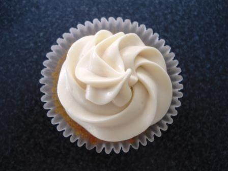 Además del Buttercream (clásico o de merengue suizo) que se usa para decorar los cupcakes, hay otro frosting que se usa mucho y es a base de queso crema, tiene un sabor menos intenso a la mantequil…