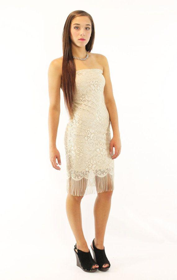 Cette robe est magnifique ! Jaime la frange sur le bord inférieur ! Beige dentelle couvre la robe entière. Style bustier avec aucune fermeture ;
