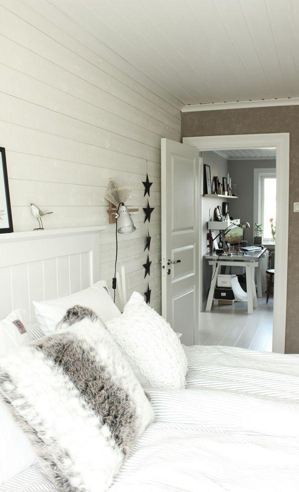 sovrum i vitt och grått, inspiration sovrum, renoveringövervåning, inredningstips