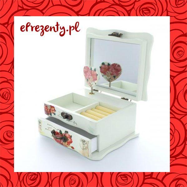 Szykowny kuferek wykonany z najwyższej jakości drewna w kolorze białym, udekorowany wzorem z róż i znaczków pocztowych. Posiada szufladki, wałki na pierścionki oraz uroczą, mechaniczną pozytywkę. Cena 129 zł bez graweru*. https://eprezenty.pl/szkatulka_na_bizuterie_z_mozliwoscia_grawerowania_dedykacji_zyczen_,p,49087.html