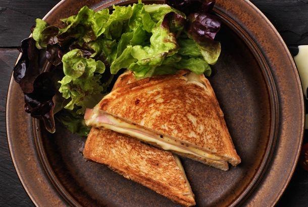 Croque Monsieur on lämmin leipäklassikko, jonka voi valmistaa pannulla, uunissa tai voileipägrillissä. Leivät voidellaan ulkopinnoilta voilla ja sisäpinnoilta maustetulla crème fraîchella ja täytetään tuplajuustolla ja kinkulla. Herkullista! http://www.valio.fi/reseptit/croque-monsieur---lammin-juusto-kinkkuleipa/