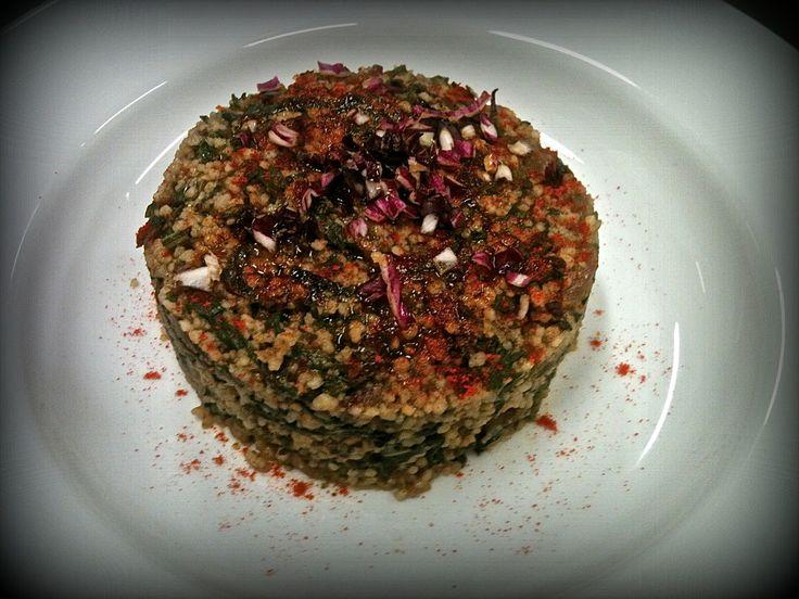 Couscus con bieta, radicchio, olive nere e paprika dolce