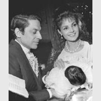 Antonio y Carmen Sevilla apadrinando a Rosario Flores, hija de Lola Flores.